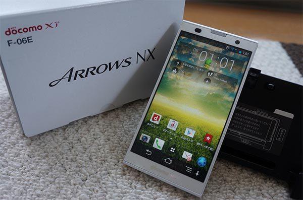 Fujitsu Arrow NX F06E sở hữu thiết kế mạnh mẽ, nam tính