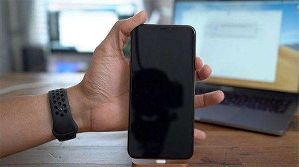 Bạn bật iPhone mà màn hình iPhone không sáng